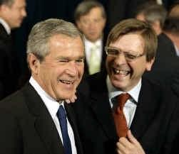 George W. Bush en Guy Verhofstadt: de sfeer is opperbest na het groepsportret bij de Navo.
