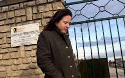 Mazarine Pingeot na een bezoek aan het graf van haar vader op het kerkhof van Jarnac.
