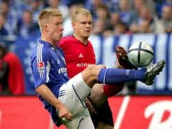 De jonge Mike Hanke (links) mocht al na vier minuten aanvaller Ebbe Sand vervangen en solliciteerde meteen voor een basisplaats bij Schalke 04 met twee knappe doelpunten.