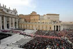 Tienduizenden zijn bereid uren in de rij te staan om de paus een laatste groet te brengen.