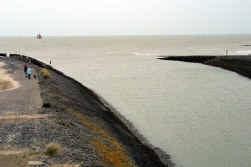 De visser raakte net voor de toegangsgeul naar Cadzand in moeilijkheden.