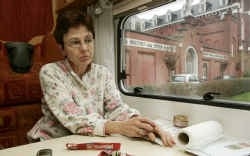 Angèle Billen in haar woonwazgen. Vandaag krijgt ze te horen of er plaats is voor haar kleinzoon.