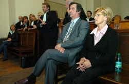 Rechts de beklaagden Simonne S. en Jean-Marie C., links de advocaten van de vele slachtoffers.