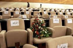 Symbolische bloemen op de lege stoel van het Iraakse parlementslid Al Sakri, vermoord in Bagdad door het verzet.