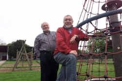 Directeur Herman Verbeke en voorzitter Frans Lignel van de vzw Jeugdstadion: ,,Wij hebben nog nooit klachten gehad over onveilige speeltoestellen.''
