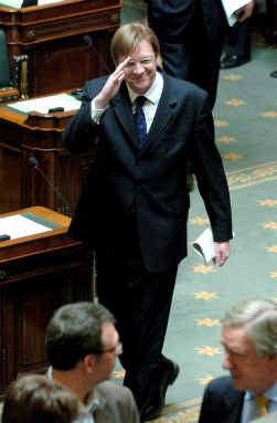 Premier Guy Verhofstadt verlaat tevreden het spreekgestoelte in de Kamer; vrijdag krijgt hij gegarandeerd het vertrouwen van het parlement.