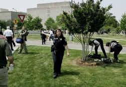Een vrouwelijke politieofficier stuurt mensen weg van het Capitool tijdens de evacuatie.