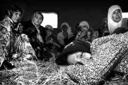 Oezbeekse vluchtelingen in een vluchtelingenkamp nabij de stad Jalalabad in buurland Kirgizië. Duizenden mensen zijn de grens overgestoken.