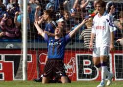 Gert Verheyen schreeuwt zijn vreugde uit. Goran Lovre druipt af.