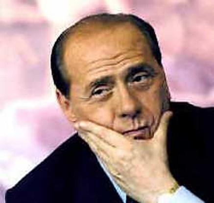 Berlusconi schenkt kiezers  gratis parfum