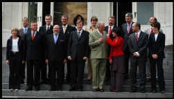 De 15 federale ministers en koning Albert II bij de eedaflegging in 2003.