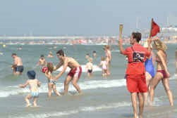 De kustredders willen kinderen overtuigen alleen in bewaakte zones te zwemmen.