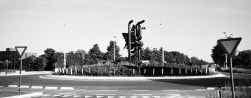 De rotonde in Geel: een sciencefictionachtige sculptuur, met auto-ingewanden, die op staken gespietst zijn.