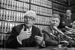 Mark Felt, links vooraan, in april 1981.