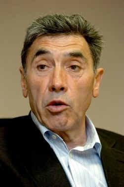 Op zestig lijkt Merckx, afgeslankt en zelfverzekerd, helemaal in het reine met zichzelf.