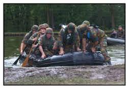 In de kazerne van Leopoldsburg kunnen de leerlingen proeven van het soldatenleven.
