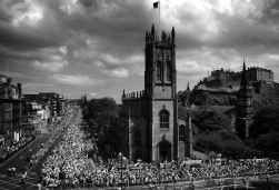 De deelnemers aan de mars in Edinburgh vormden een menselijke ketting rond de oude stad.