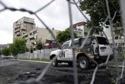 Minstens drie voertuigen van de VN werden vernield.