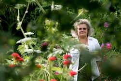 Els Seldeslachts, alias witte heks Epona, zweert bij haar dagelijkse kruidenmix om gezond oud te worden.