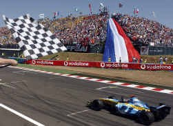 Fernando Alonso, de Spanjaard in een Franse bolide, pakte in het thuisland van Renault zijn vijfde GP-zege van het seizoen.