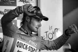 Tom Boonen past zijn groene trui op het podium na zijn overwinning in de massaspurt.