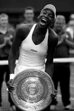 Venus Williams: blij als een kind met haar derde Wimbledonschaal.