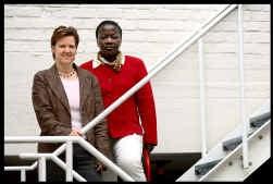Dat de Congolese Henrietta Shongania Komba (rechts) burgerlijk ingenieur is, maakt hier geen indruk. Els Van Hoof, van Vrouw & Maatschappij, vraagt aandacht voor hooggeschoolde allochtonen.