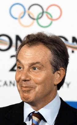 Tony Blair glundert: voor de derde maal mag Londen de Spelen organiseren.