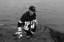 De brandweer vist dode eenden uit het Spaarbekken in Nieuwpoort.