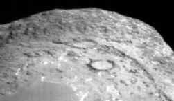 Een snel dichterbij komende komeet Tempel 1, negentig seconden voor de botsing gefotografeerd door het projectiel.