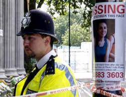 Een Britse politieagent bij een poster van Miriam Hyman, vermist sinds de ochtend van 7 juli.