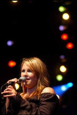 Katarina Vermeulen, dochter van Bram, opende het concert met ,,,Eén goede reden''.