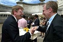 Vlaams minister-president Yves Leterme (CD&V, r.) pleitte voor een nieuwe ronde in de staatshervorming. Volgens federaal premier Guy Verhofstadt (VLD) komt die er na 2007.