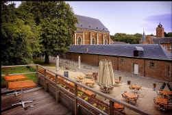 Vanop het boventerras van het Gasthuis heb je een prachtig zicht op het kasteel van Alden Biesen.