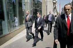 Premier Jan Peter Balkenende, na de val van zijn tweede kabinet naarstig op weg naar een minderheidskabinet met CDA en VVD.