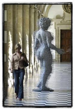 Het beeld ,,Hooker'' van David Mach in de oude kloostergang van het Grootseminarie.