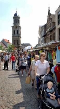 De Lokerse markt biedt een zeer gevarieerd aanbod aan producten.