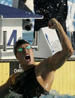 Roland Schoeman juicht: hij is de eerste zwemmer die op de 50 meter vlinder onder 23 seconden blijft.