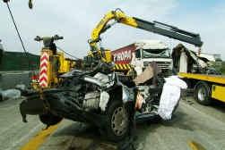 In deze verpletterde personenauto verloren twee mensen het leven.
