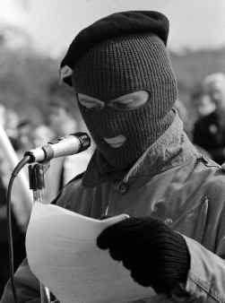 Crossmaglen, 7 april 1996, IRA-lid leest paasboodschap voor.