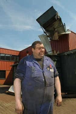 Adriaan Petit van kachelbouwer Dovre, met achter hem de vliegende ,,container''.