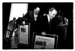 De gewezen premiers Wilfried Martens (rechts) en Jean-Luc Dehaene (tweede van rechts) worden in de bloemetjes gezet.