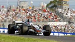 Kimi Räikkönen maalt niet om de verloren wereldtitel. De Fin, die in Japan achterin het veld was gestart op de zeventiende plaats, rukte spectaculair op en ging in de laatste ronde leider Giancarlo Fisichella voorbij.