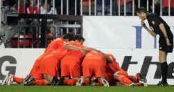 Rafael Van der Vaart wordt na zijn openingsdoelpunt bedolven door zijn ploegmaats.