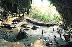 Tot twaalfduizend jaar geleden woonden hier minimensen. In de grot Liang Bua op het geïsoleerde eiland Flores zijn nieuwe resten van de Floresmens opgegraven.