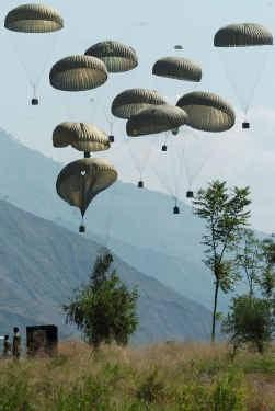 Het Pakistaanse leger dropt voedselpakketten boven de zwaargetroffen stad Muzaffarabad.