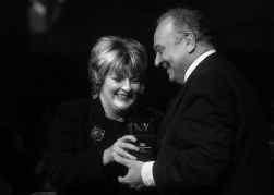 De actrice Brenda Blethyn geeft de Award aan Angelo Badalamenti.
