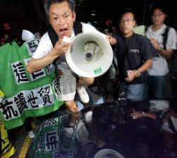 Protest bij de WTO-kantoren in Hongkong voor een menselijker landbouwbeleid voor de derde wereld.