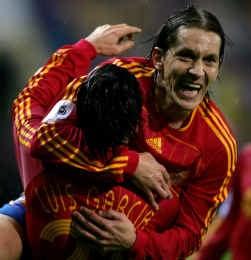 Michel Salgado feliciteert Liverpool-ster Luis Garcia met zijn tweede doelpunt in twintig minuten.