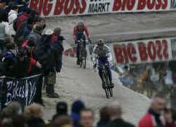Richard Groenendaal achtervolgt Sven Nys in de Zwitserse modder.